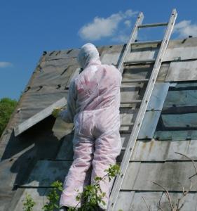 Dak met asbest reinigen